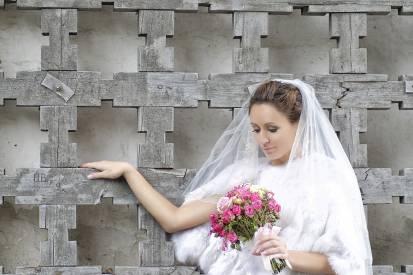 невеста у резной калитки монастыря