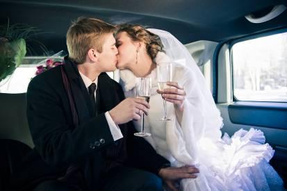жених и невеста в лимузине