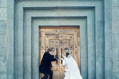 жених и невеста дверь