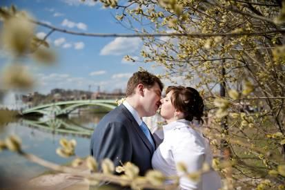 весенний поцелуй молодоженов