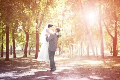 жених с невестой в солнечном лесу